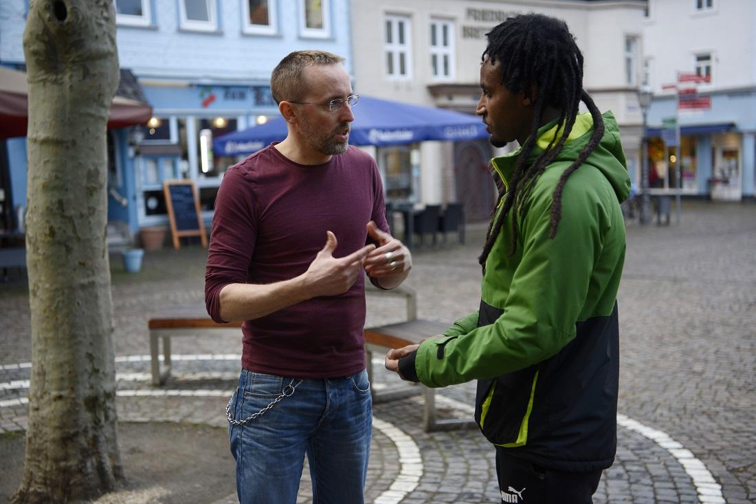 Der Göttinger Anwalt Sven Adam unterstützt Geflüchtete im Werra-Meißner-Kreis. Die Behörde trifft umstrittene Entschiedungen, aber sie entscheidet auf Grundlage eines diskriminierenden Gesetzes: Dem Asylbewerberleistungsgesetz